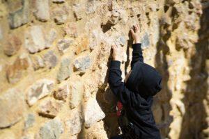 壁上りに挑戦している子供