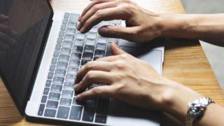 女性がキーボードを打っている様子