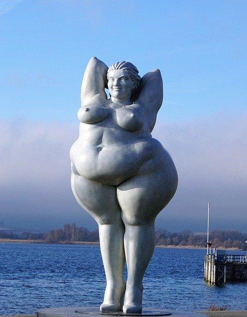 肥満型の女性の像