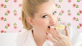 菓子を食べる女性